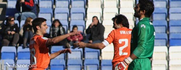 Valerón y Juan Domínguez celebran un gol