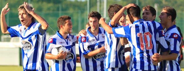 Los jugadores del Fabril celebran el empate ante el Celta B
