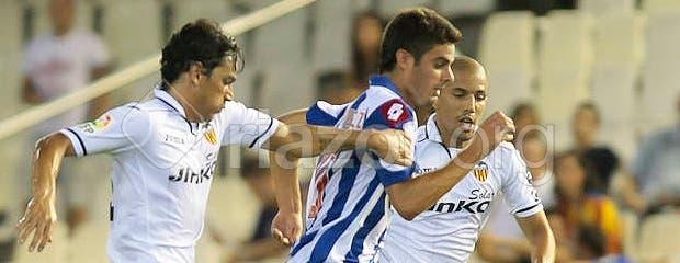 Juan Domínguez ante Feghouli y Tino Costa, del Valencia