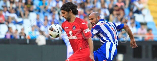 Manuel Pablo y Lafita pelean por el balón en el Deportivo - Getafe