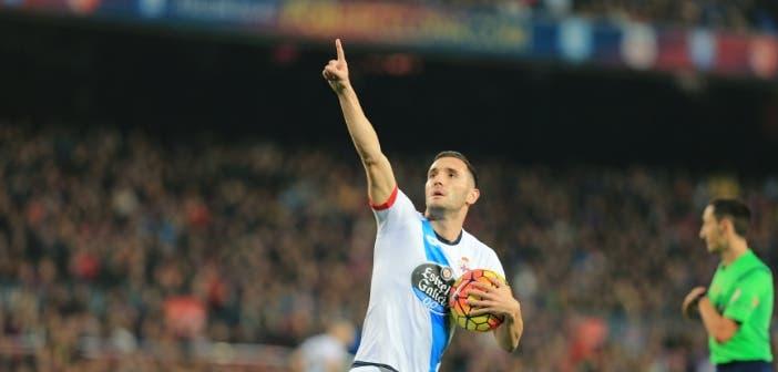 Lucas Pérez celebra un gol ante el Barcelona en el Camp Nou