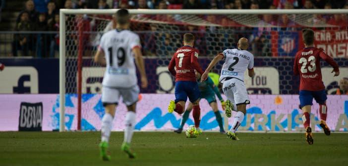 Fayçal Fajr observa la carrera de Manuel Pablo junto a Griezmann