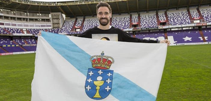 Borja posa con la bandera gallega sobre el césped del estadio de Zorrilla.