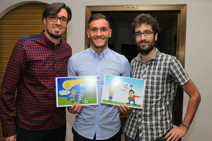 De izquierda a derecha: Víctor Losada -director de Riazor.org-, Lucas Pérez -jugador del RC Deportivo- y Pepe Mansilla -creador de la Viñeta Turka-.