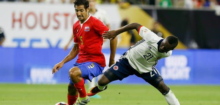 Borges y Marlos Moreno disputan un balón durante un partido entre Costa Rica y Colombia