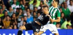 Andone pelea por un balón en un partido entre Deportivo y Betis