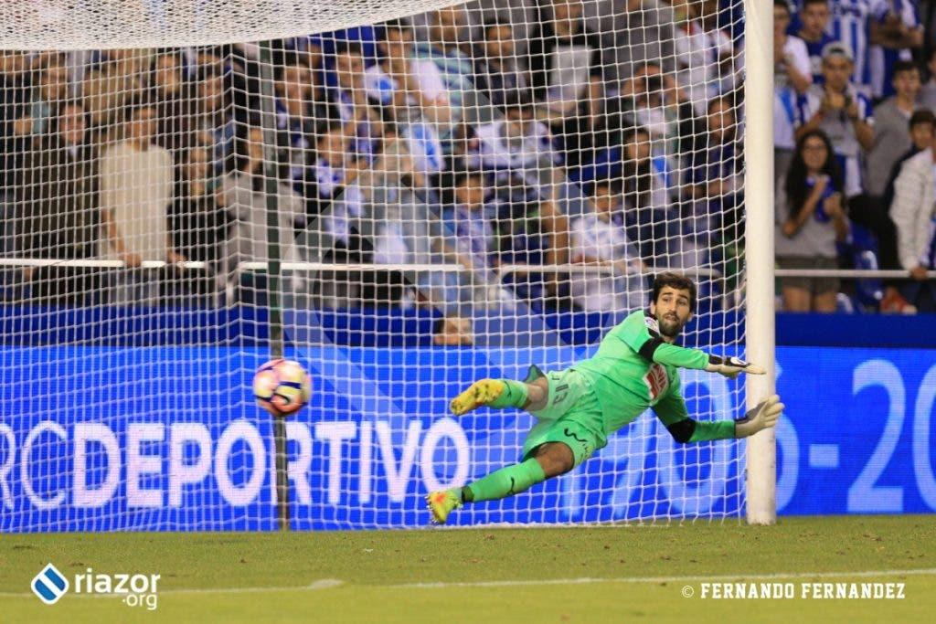 No perdonó Lucas Pérez. Asumió la responsabilidad de transformar un penalti cometido sobre él mismo.
