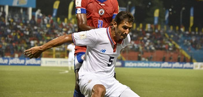 Celso Borges pugna con un rival durante un encuentro con Costa Rica