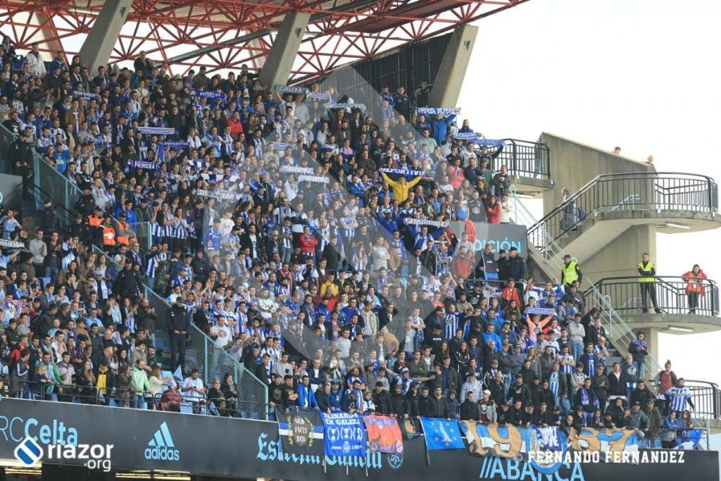 La afición del Dépor no falló en la mañana del domingo en Balaídos.