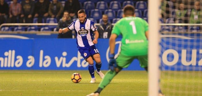 Andone encara a Rulli en una jugada del Deportivo - Real Sociedad de 2016