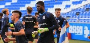 Francis calienta minutos antes del comienzo del Deportivo-Sevilla de la Copa del Rey juvenil