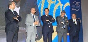 Tino Fernández y parte de su consejo de administración en el acto de entrega de insignias a los socios 2016-2017