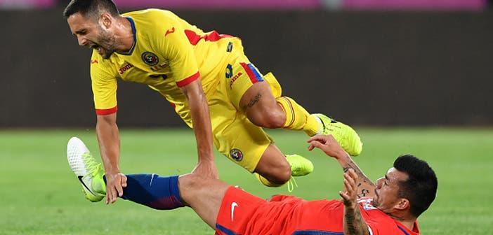 Florin Andone es derribado por Medel en un amistoso entre Rumanía y Chile
