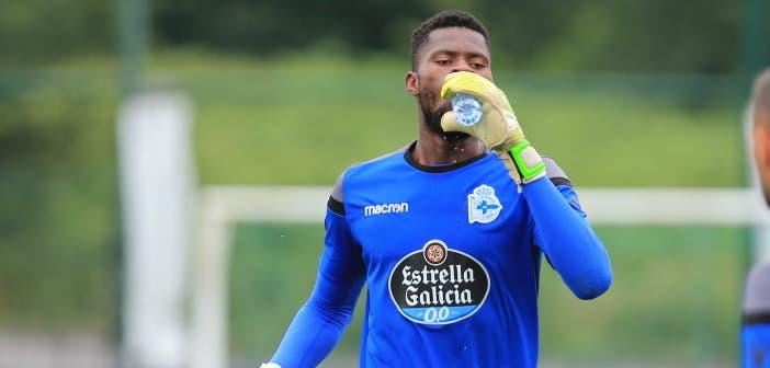 Francis Uzoho bebe agua durante un entrenamiento