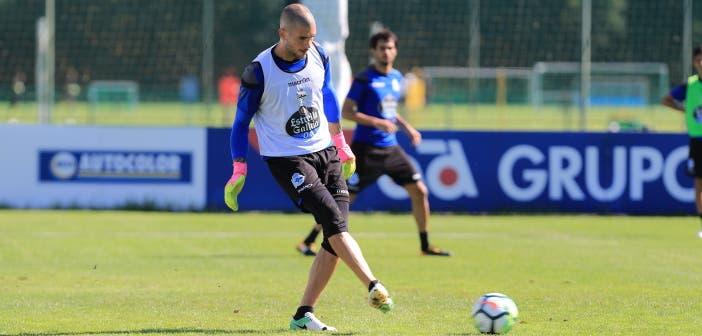 Rubén Martínez pasando balón entrenamiento del Deportivo Coruña del 28 de julio