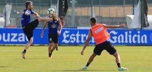 Luisinho control con pierna derecha en entrenamiento del 18 de julio en Abegondo