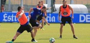 Luisinho sorteando rivales en entrenamiento del 18 de julio en Abegondo