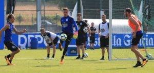 Tyton sacando balón en entrenamiento del Deportivo en Abegondo