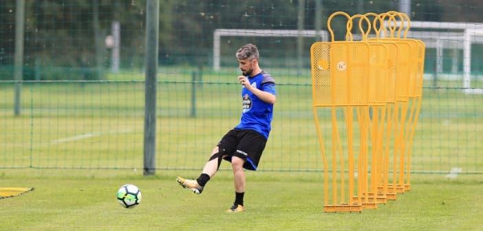 Luisinho golpea el balón en un entrenamiento