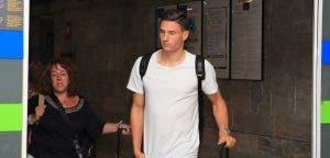 Fabian Schär a su llegada al aeropuerto de A Coruña