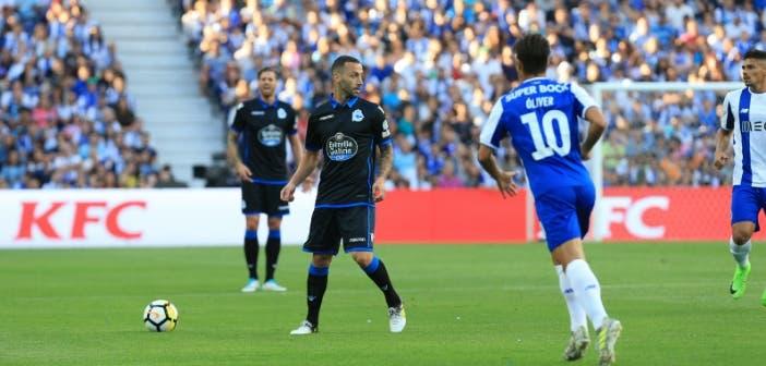 Guilherme buscando a compañero en el FC Porto vs Deportivo