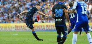Fabian Schär disparando a puerta en el FC Porto vs Deportivo