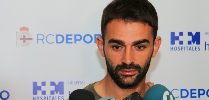 Adrián atiende a los medios de comunicación tras pasar reconocimiento médico en el Hospital Modelo