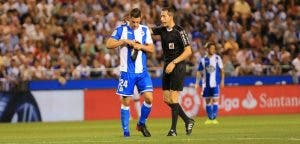 Schär habla con el árbitro en el encuentro entre el Deportivo y el Real Madrid en Riazor