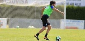 Alejandro Arribas conduce balón entrenamiento en Vilalba el 9 de agosto