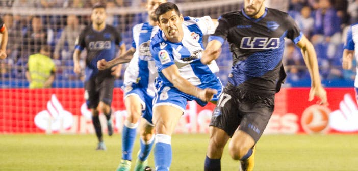 Juanfran pelea por un balón en un partido entre Deportivo y Alavés