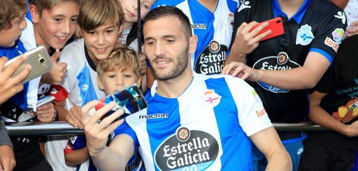 Lucas Pérez haciéndose foto con los seguidores del Dépor