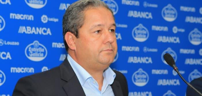 Tino Fernández atiende a los medios de comunicación en Riazor