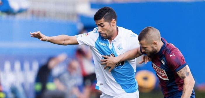 Juanfran pelea por un balón en el encuentro entre Eibar y Deportivo