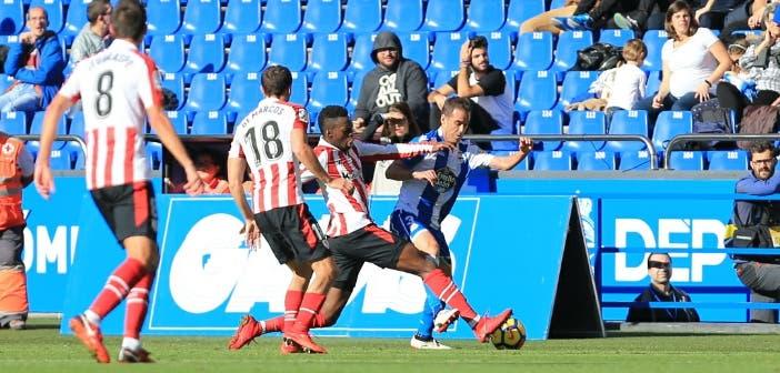 Fernando Navarro pelea por un balón con Iñaki Williams en el Deportivo - Athletic