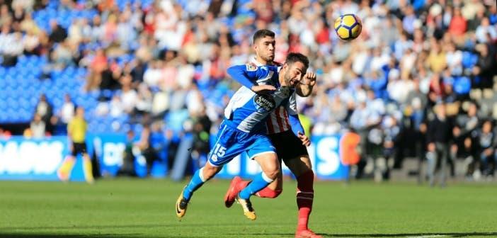 Adrián López pugnando por el balón en el Deportivo - Athletic