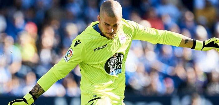 Rubén golpea el balón en el Dépor-Málaga