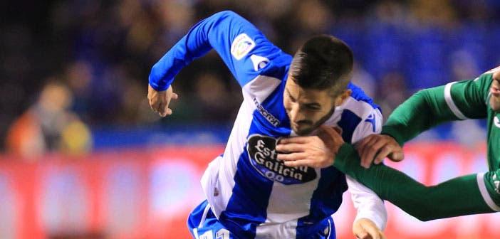 Carles Gil pugna con un rival en el Deportivo - Leganés