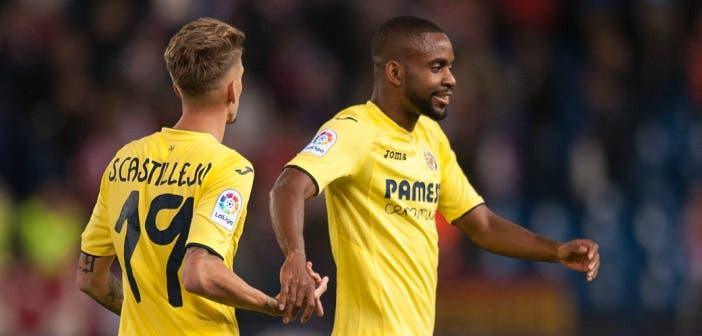 Bakambu celebra un gol junto a Castillejo, jugadores del Villarreal