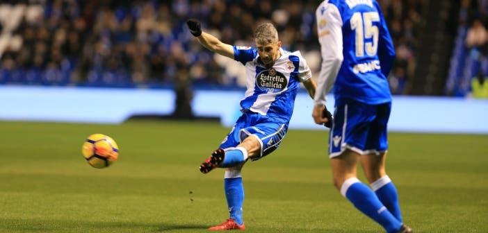 Luisinho intenta colgar un balón al área del Valencia