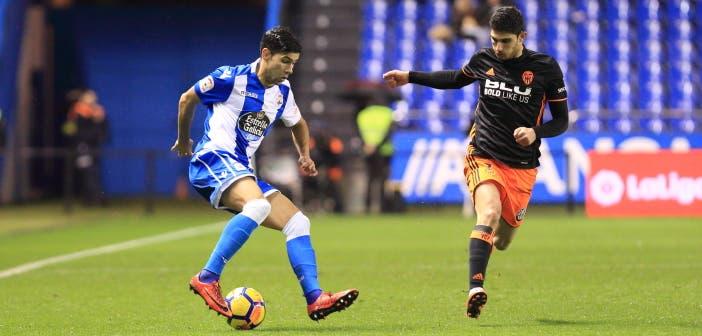 Juanfran controla un balón en el Deportivo - Valencia