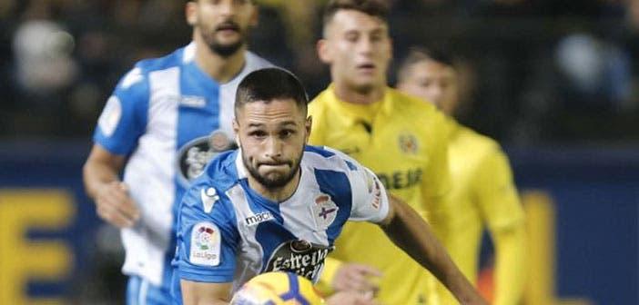 Andone corre a por un balón en el Villarreal - Deportivo