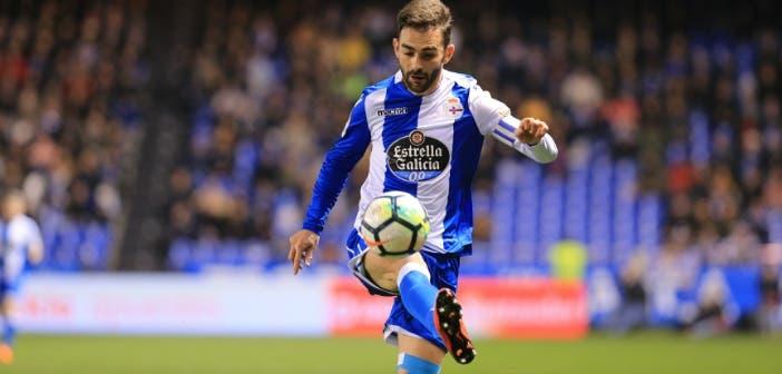 Adrián controla un balón en el encuentro entre Deportivo y Espanyol