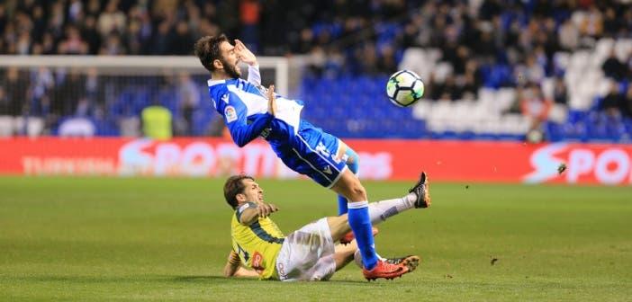 Adrián es derribado por Víctor Sánchez en el Deportivo - Espanyol