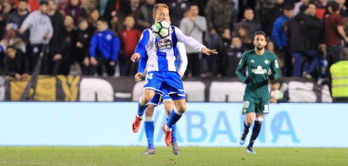Krohn-Dehli controla el balón en el Deportivo - Betis