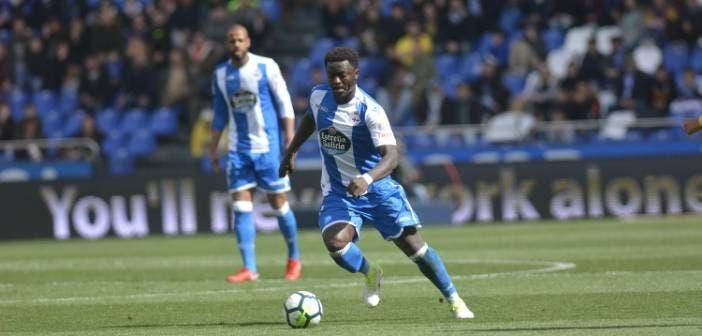 Muntari conduce el balón en un partido con el Deportivo
