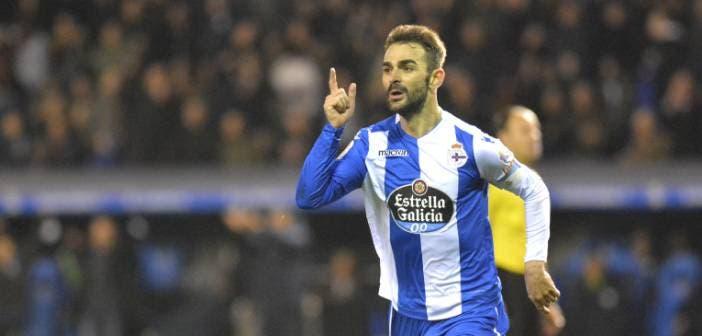 Adrián celebra uno de sus goles en el Deportivo - Málaga