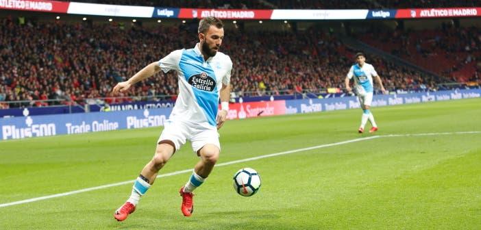 Emre Çolak controla un balón durante el Atlético-Deportivo