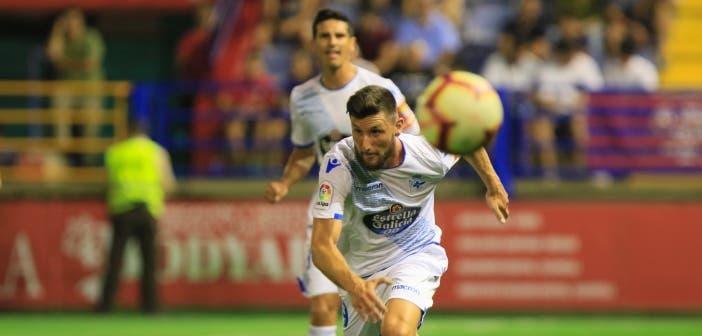 Borja Valle corriendo a por el balón en el Extremadura vs Deportivo