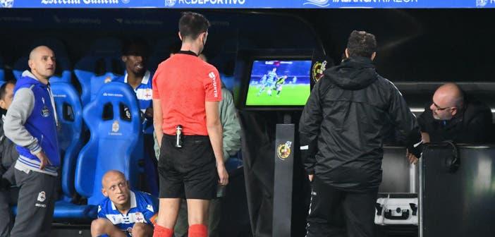 Un árbitro revisando las imágenes del VAR en Riazor