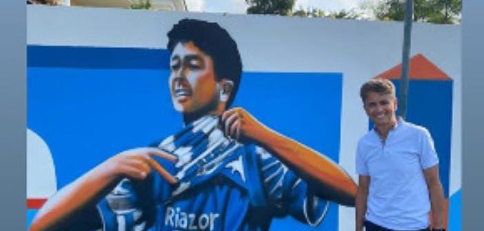 Bebeto con un mural de su etapa en A Coruña